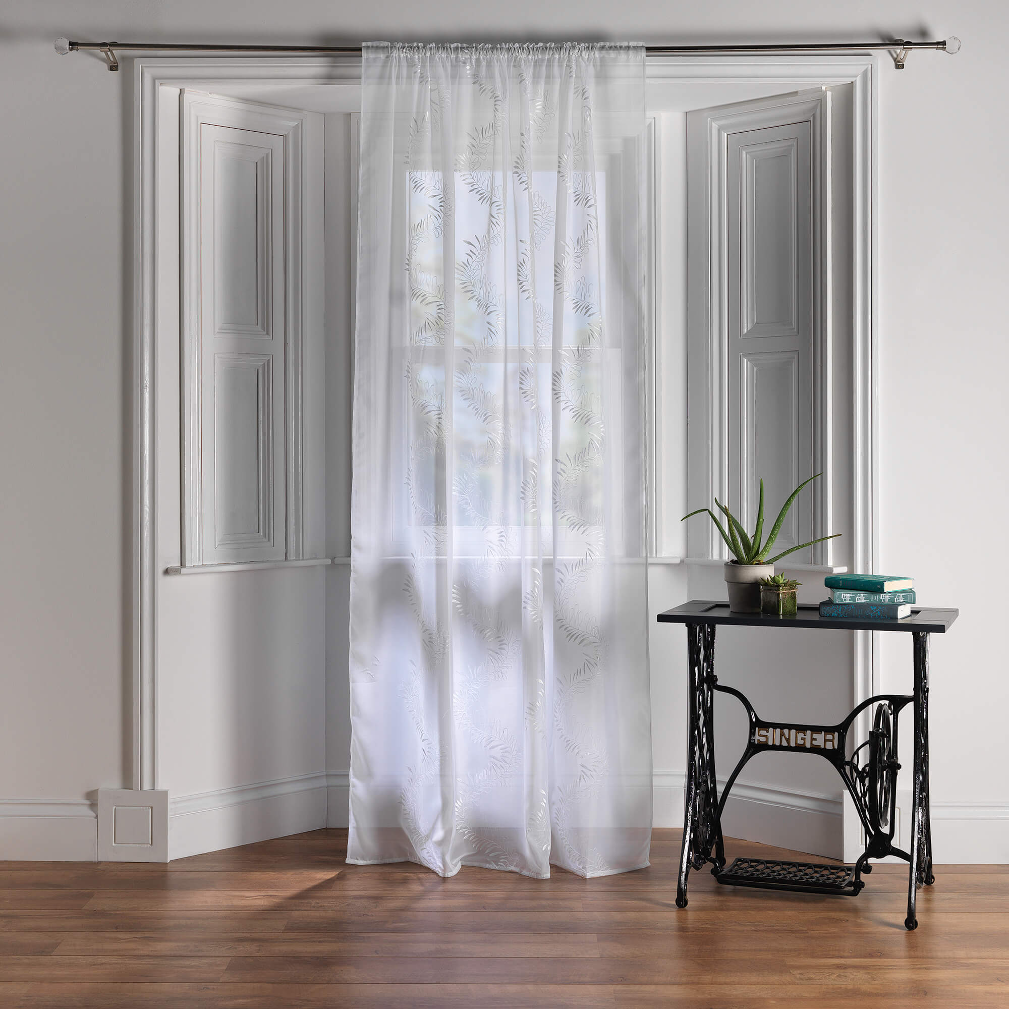 Net curtains for bay windows for Window net curtain